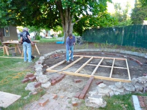 Luis y Señor Juan building the stage for Noches Flamencas